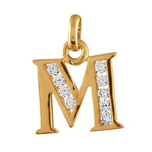 Pendentif en plaqué or lettre M ornée d'oxydes blancs sur une partie